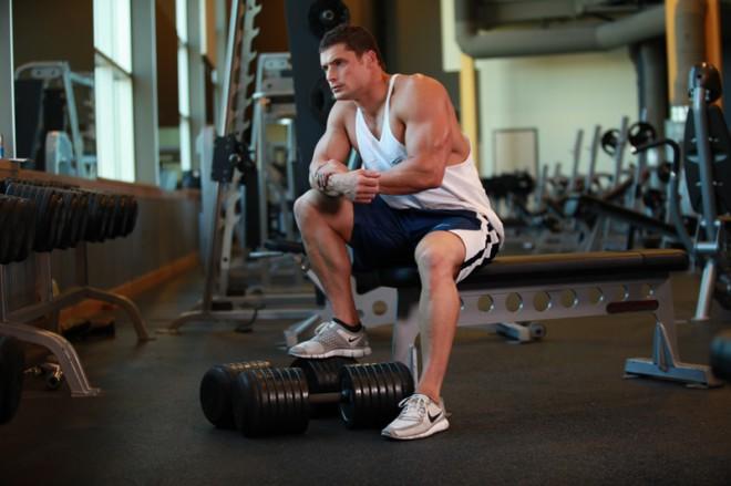 bodybuilder resting between sets